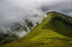 Bergpiek in wolken Stock Afbeelding