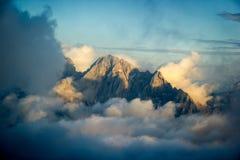 Bergpiek in wolken wordt behandeld die Royalty-vrije Stock Foto's
