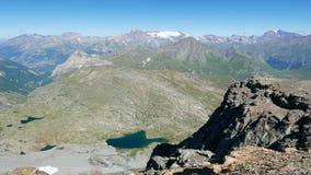 Bergpieken, blauwe meren en gloeiende gletsjers, langzame motie panoramische video van hoogte omhoog op de Alpen in de zomer, Fra stock video