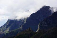 Bergpieken in de wolken worden verloren die Royalty-vrije Stock Afbeelding