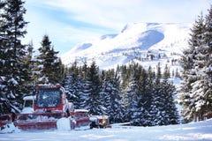 Bergpieken en heuvels met bomen beschutte sneeuw Stock Afbeeldingen