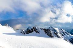 Bergpieken met gletsjer Stock Foto's