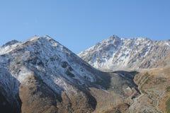Bergpieken met niet-sneeuwt sneeuw worden behandeld die stock afbeeldingen