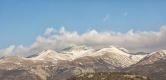 Bergpieken met sneeuw worden behandeld die Royalty-vrije Stock Fotografie