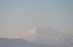 Bergpieken met sneeuw worden behandeld die Royalty-vrije Stock Foto's