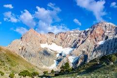 bergpieken tegen de blauwe hemel Stock Afbeeldingen