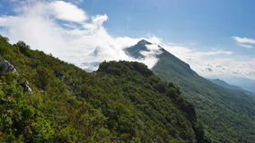 Bergpieken van Suva Planina bij zonnige die ochtend met wolken wordt behandeld Stock Afbeeldingen