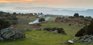 Bergplateau met rook van branden stock fotografie