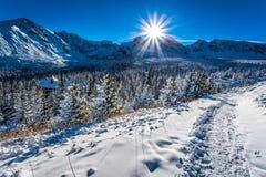 Bergplattelandshuisje in de winterbergen Royalty-vrije Stock Fotografie