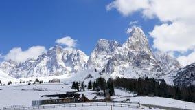 Bergplattelandshuisje, de winterscène van majestueuze alpiene bergen Stock Foto