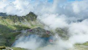 Bergplattelandshuisje in Fagaras-Bergen, Roemenië timelapse stock videobeelden