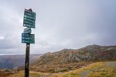 Bergpol med riktningar överst av monteringen Ulriken Arkivbild
