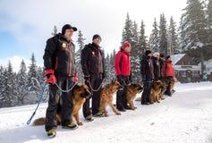 Bergräddningstjänsträddare med räddningsaktionhundkapplöpning Royaltyfria Bilder