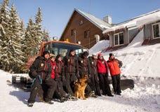 Bergräddningstjänsträddare med räddningsaktionhundkapplöpning Fotografering för Bildbyråer