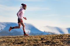 Bergras Opleiding van een atleet tussen weiden en sneeuw stock fotografie