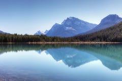 Bergreflexion i den Banff nationalparken, Kanada Arkivfoto