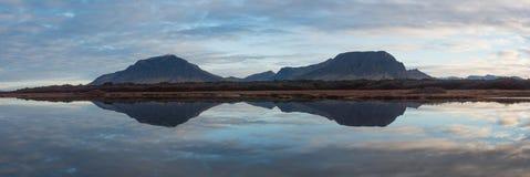 Bergreflexion i Island Arkivbilder