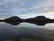 Bergreflexion i Island Arkivbild