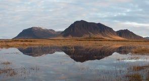 Bergreflexion i Island Arkivfoton