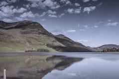 Bergreflexion i lugna sjöyttersida abstrakt natur fotografering för bildbyråer