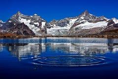 Bergreflexion i sjön i Schweiz Arkivfoto