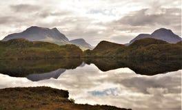 Bergreflexion i skotsk Skotska högländerna royaltyfri foto