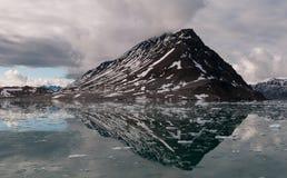 Bergreflexion, Lilliehookfjord, Svalbard royaltyfri fotografi