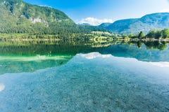 Bergreflexioner i Bohinj sjön Arkivfoton