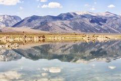 Bergreflexioner på den mono sjön, Kalifornien, USA Arkivfoto