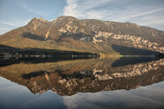 Bergreflexioner på Hallstatt sjön, Salzkammergut, Österrike Royaltyfri Fotografi