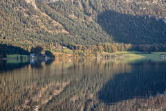 Bergreflexioner på Hallstatt sjön, Salzkammergut, Österrike Arkivbilder