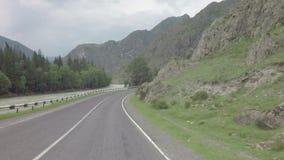 Bergrivier Chuya langs Chuysky Trakt stock videobeelden