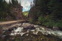 Bergrivier, in de Altai-bergen royalty-vrije stock afbeelding