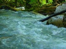 Bergrivier in de Kaukasus Stock Afbeelding