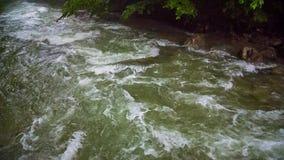 Bergrivier die bergaf stromen stock videobeelden