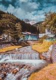 Bergrivier die door dorp vloeien Royalty-vrije Stock Fotografie