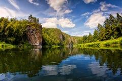 Bergrivier en blauwe hemel, Zuiden Ural Royalty-vrije Stock Foto's