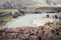 Bergrivier Katun dichtbij samenloop met rivier Chuya Een mening van de hoge klip Altai Rusland gestemd stock fotografie