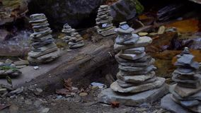 Bergrivier met de Zegen van Evenwichtig Zen Stone Structures op Banken die in het Himalayagebergte stromen Forest Creek met Zuive stock footage