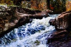 Bergrivier tegen de achtergrond van het de herfstlandschap, natuurlijke lightn Royalty-vrije Stock Foto