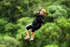 Übergroße Frau auf Ziplinie Abschluss oben Stockfoto