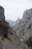 Bergrotsen met een kleine weg Royalty-vrije Stock Afbeelding