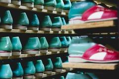Bergruimte met pantoffelsschoenen op planken in de firma van de familielooppas stock afbeelding