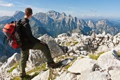 Bergsbestigare överst av berget som tycker om sikten Royaltyfria Bilder