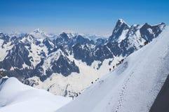 Bergsbestigare i franska fjällängar Arkivbild