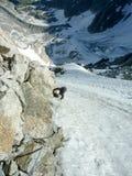 Bergsbestigare på en brant klättrarutt i de franska fjällängarna i Chamonix arkivfoton
