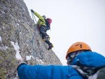 Bergsbestigare på en extrem vinterklättring Conc Arkivbild