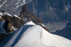 Bergsbestigare på en kant Royaltyfria Bilder