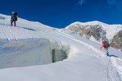 Bergsbestigare på snön av bergglaciären i Himalaya toppmötestigning arkivbild