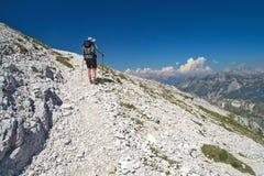 Bergsbestigare som går på berget Peski Arkivbilder